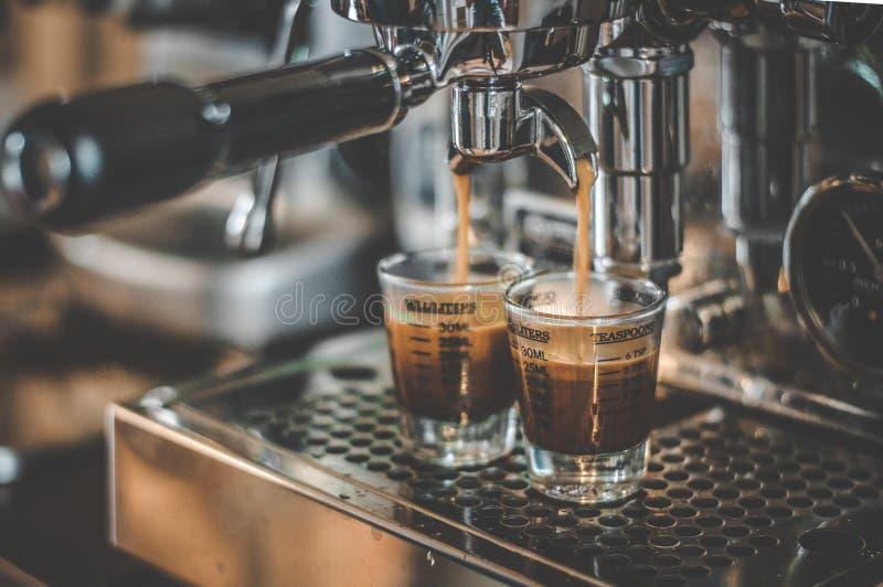 Кофе будучи деланным в машине эспрессо стоковое фото