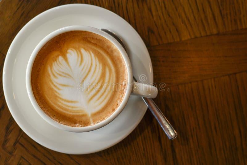 Кофе взгляда сверху в белой чашке на деревянном столе стоковые фотографии rf