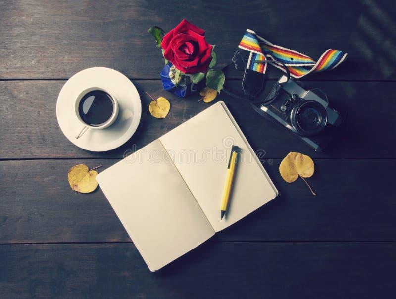 Кофе взгляд сверху и чашка и плита и пустая память записывают с стоковые изображения rf