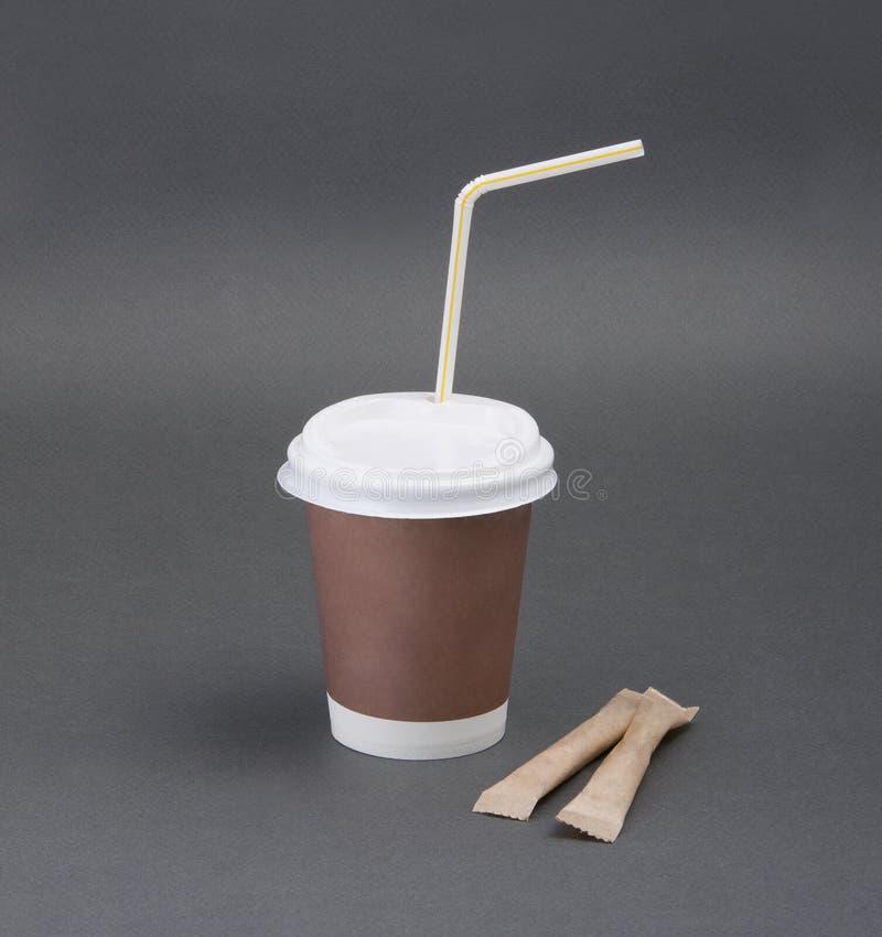 Кофе взятия-вне Clotheded с держателем чашки на серой предпосылке стоковые фотографии rf