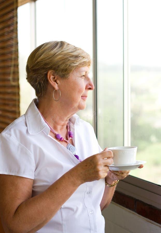 кофе выпивая старшую женщину стоковое фото rf