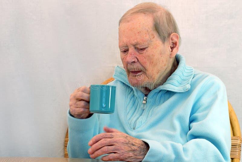 кофе выпивая старшую женщину стоковое изображение