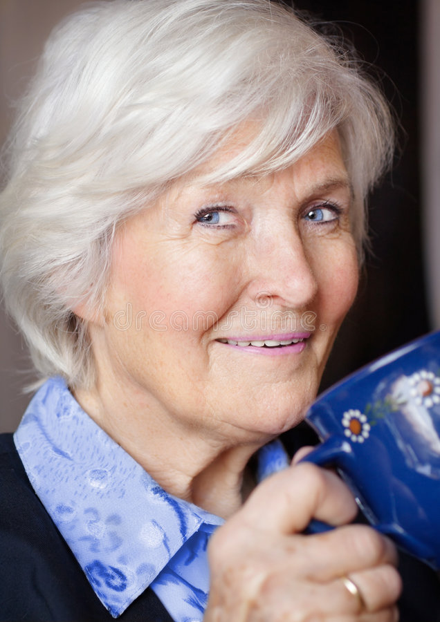 кофе выпивая старшую женщину стоковые фотографии rf
