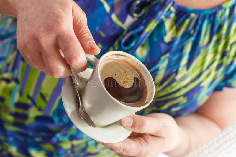 кофе выпивая старшую женщину стоковое фото