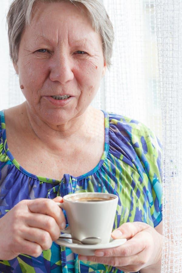 кофе выпивая старшую женщину стоковое изображение rf