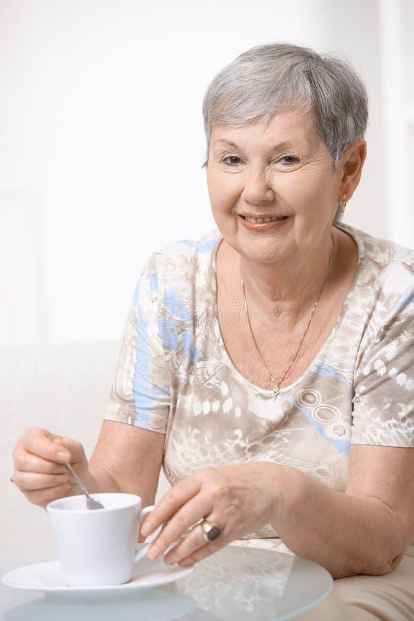 кофе выпивая счастливую старшую женщину стоковая фотография rf