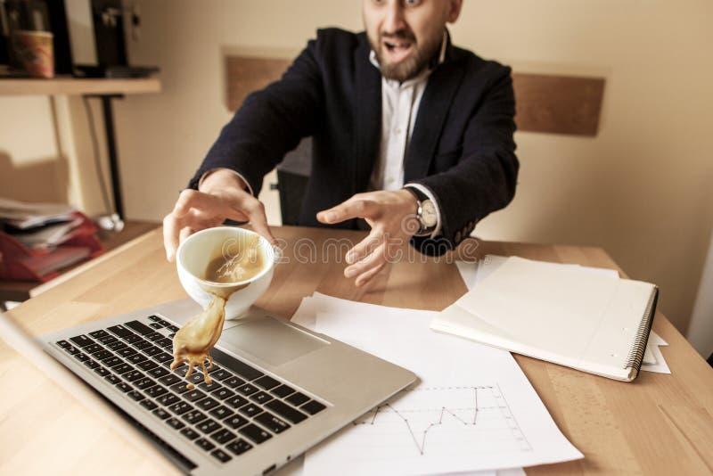 Кофе в белой чашке разливая на таблице в рабочем дне утра на таблице офиса стоковые фото
