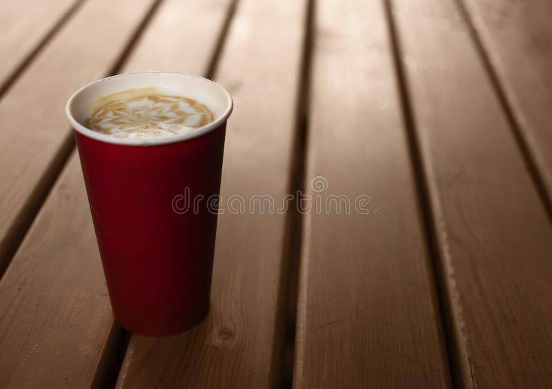 Кофе в бумажном стаканчике стоковые фотографии rf