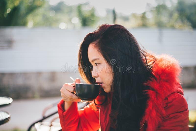 кофе города предпосылки красивейший задний выпивая ее детенышей старухи стоковые фото