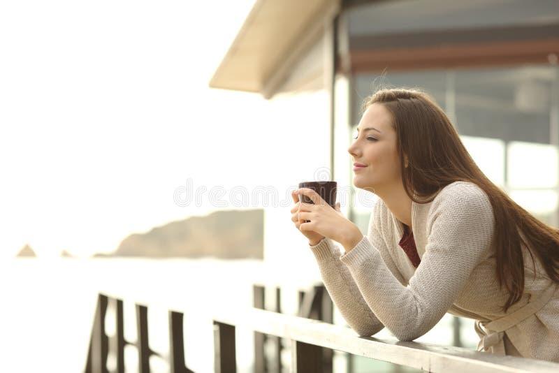 Кофе гостя гостиницы выпивая смотря прочь на каникулах стоковое фото rf
