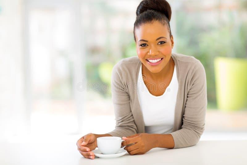 Кофе женщины Афро стоковая фотография rf