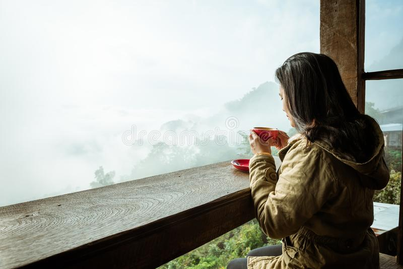 Кофе женщины выпивая в кофейне стоковые изображения rf