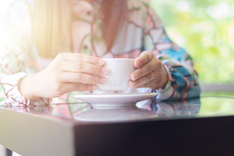 Кофе женщины выпивая на кофейне стоковое фото