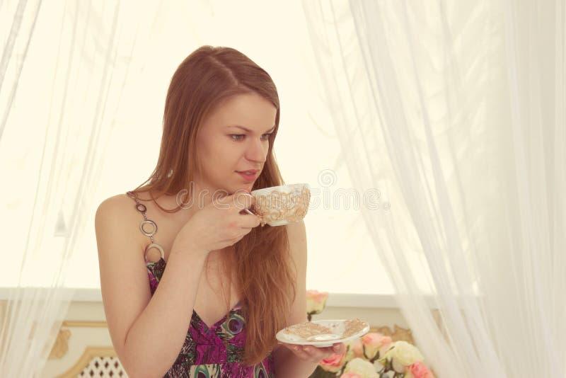Кофе женщины выпивая дома стоковая фотография rf