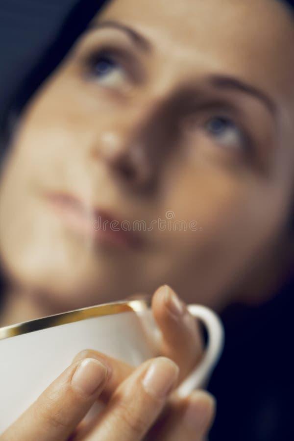 Кофе женщины выпивая стоковая фотография rf
