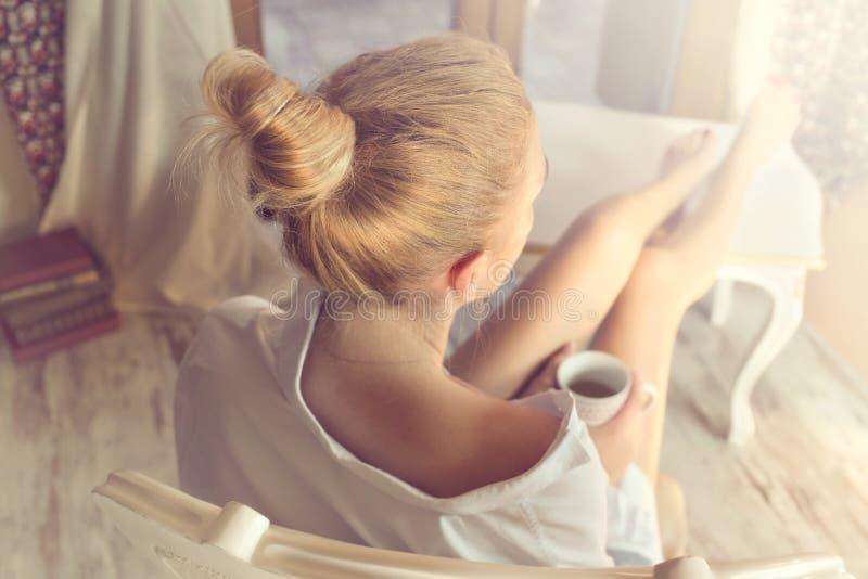 Кофе женщины sipping в волшебном моменте тиши стоковая фотография