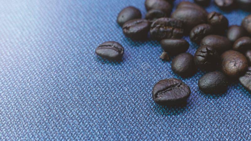 Кофе зажаренный в духовке на голубом конце текстуры вверх по изображению стоковые фото
