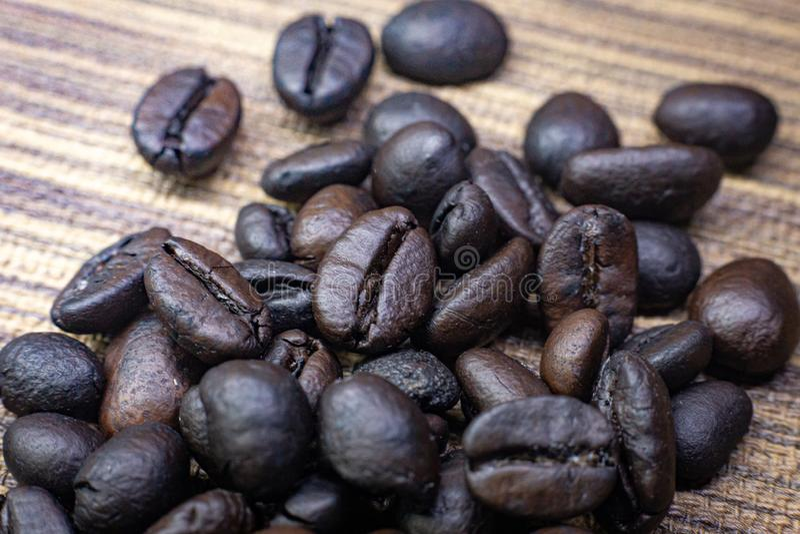 Кофе зажаренный в духовке на деревянном конце текстуры вверх по изображению стоковая фотография rf