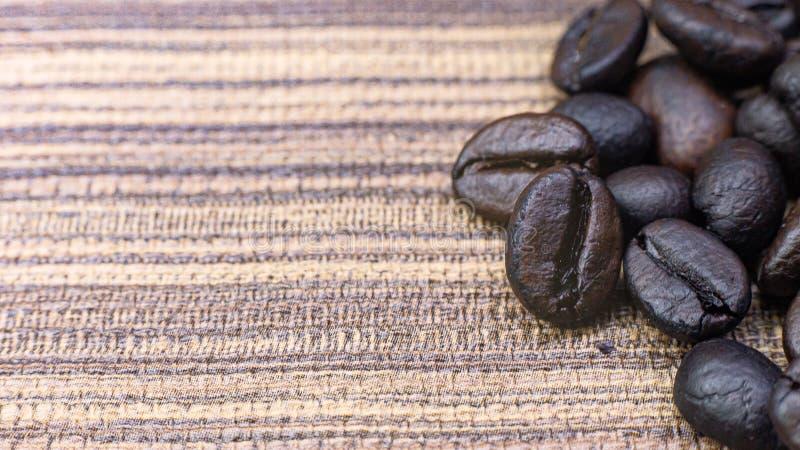 Кофе зажаренный в духовке на деревянном конце текстуры вверх по изображению стоковая фотография