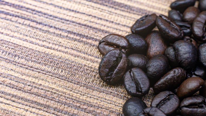 Кофе зажаренный в духовке на деревянном конце текстуры вверх по изображению стоковое фото
