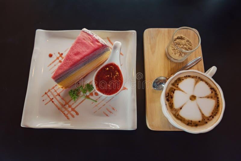 Кофе искусств Latte и крепировать торт с соусом клубники, взглядом сверху стоковые изображения rf