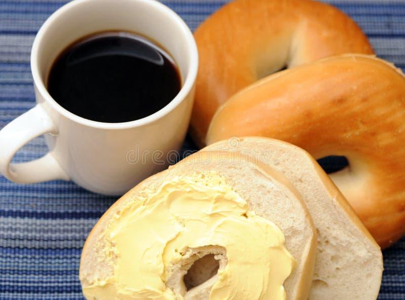 Кофе и бейгл стоковые изображения