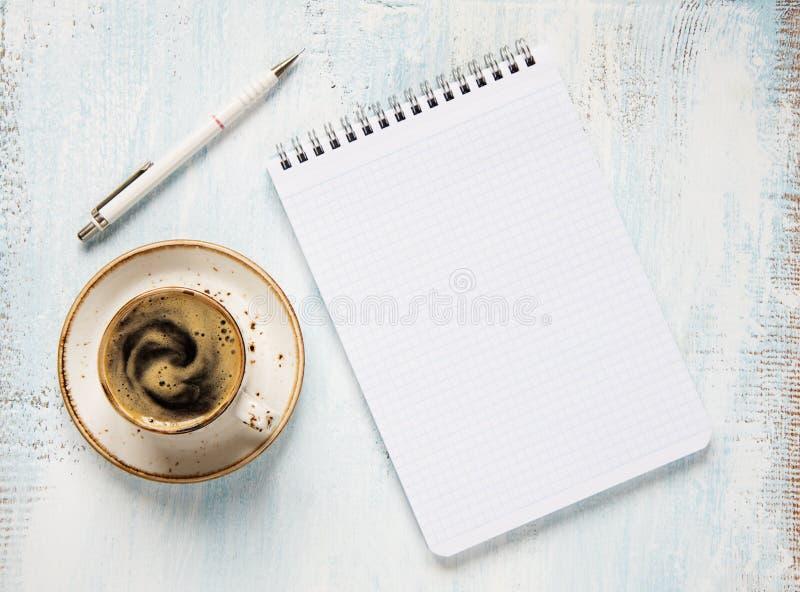 Кофе и блокнот утра стоковая фотография