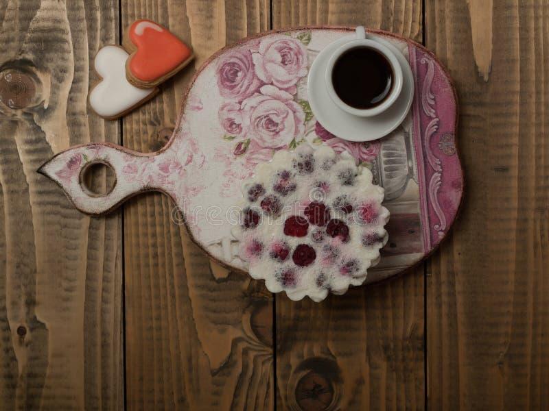 Кофе и печенья на древесине стоковое изображение rf