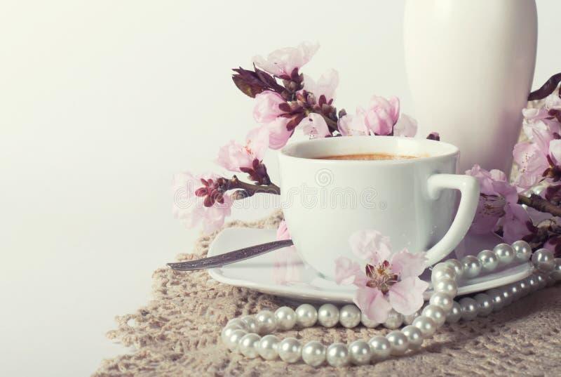 Кофе и розовые вишневые цвета стоковое фото rf
