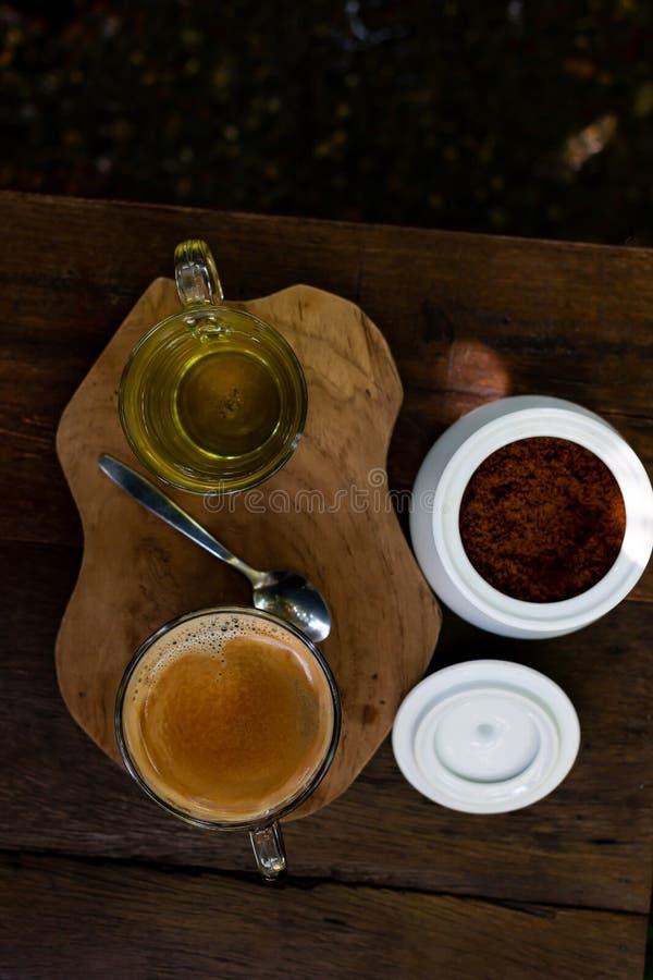 Кофе и чай на деревянном столе стоковые фото