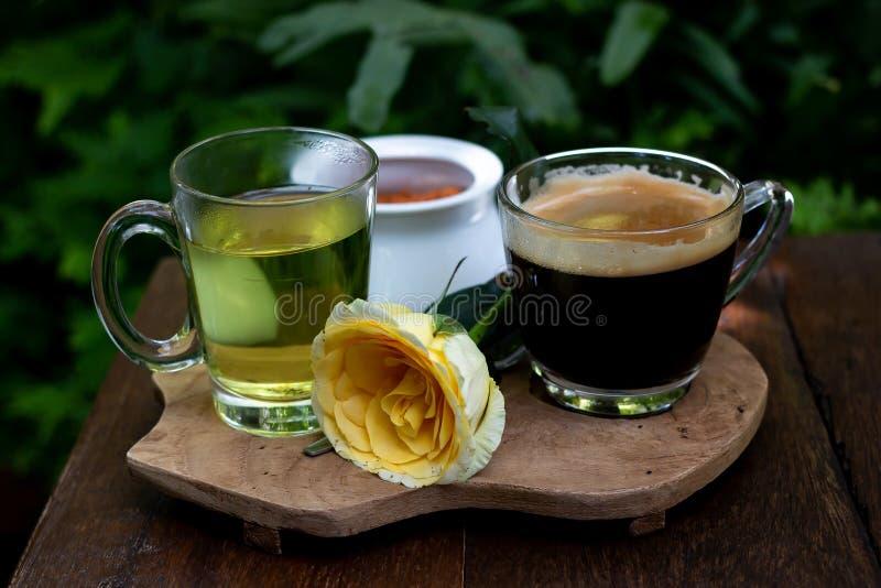 Кофе и чай на деревянном столе стоковое фото
