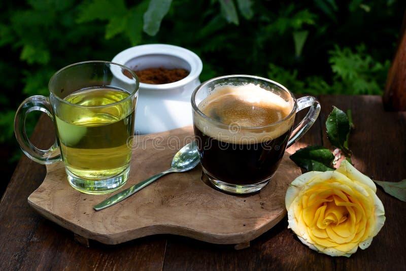 Кофе и чай на деревянном столе стоковые изображения