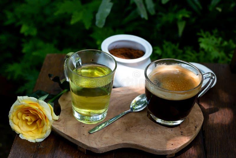 Кофе и чай на деревянном столе стоковая фотография