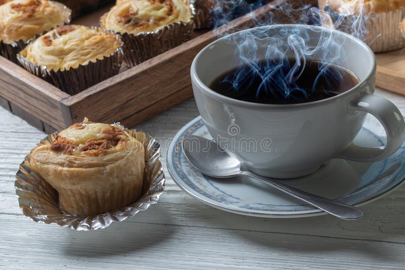 Кофе и shredded плюшка свинины на деревянной плите стоковое фото