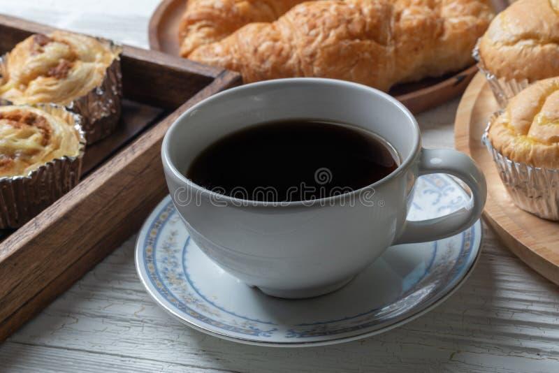 Кофе и shredded плюшка свинины на деревянной плите стоковая фотография