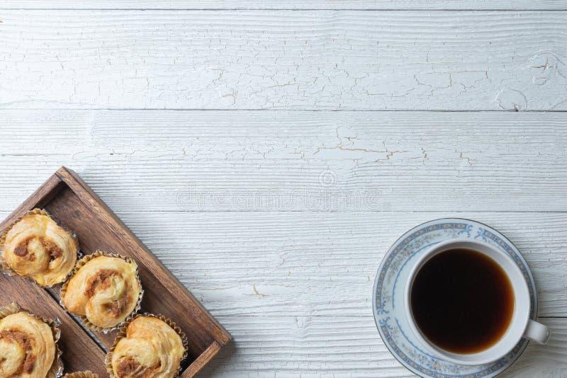 Кофе и shredded плюшка свинины на деревянной плите стоковые фото