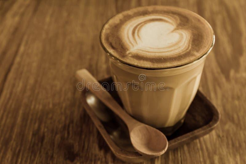 Кофе капучино или latte на деревянном столе стоковые изображения