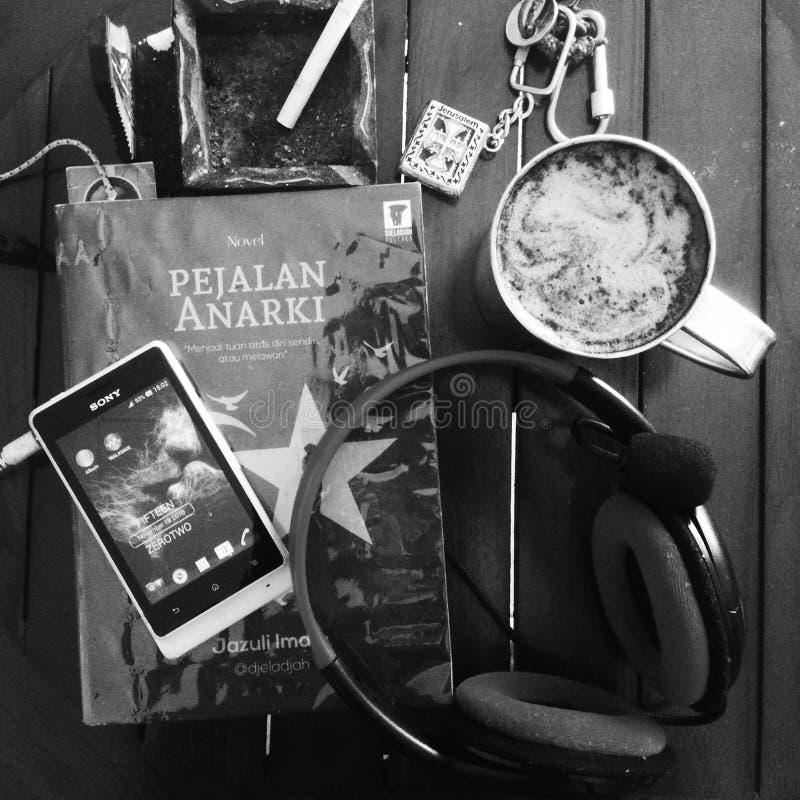Кофе, книга и музыка стоковые фотографии rf