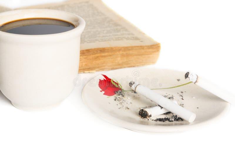 Кофе, книга и сигареты стоковые изображения rf