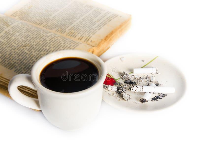 Кофе, книга и сигареты стоковое фото rf