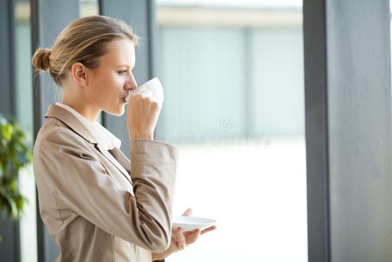 Кофе коммерсантки выпивая стоковое изображение