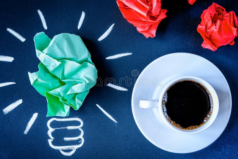 Кофе концепции будит мозг на темном взгляд сверху предпосылки стоковое изображение rf