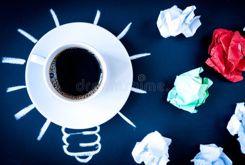 Кофе концепции будит мозг на темном взгляд сверху предпосылки стоковая фотография rf