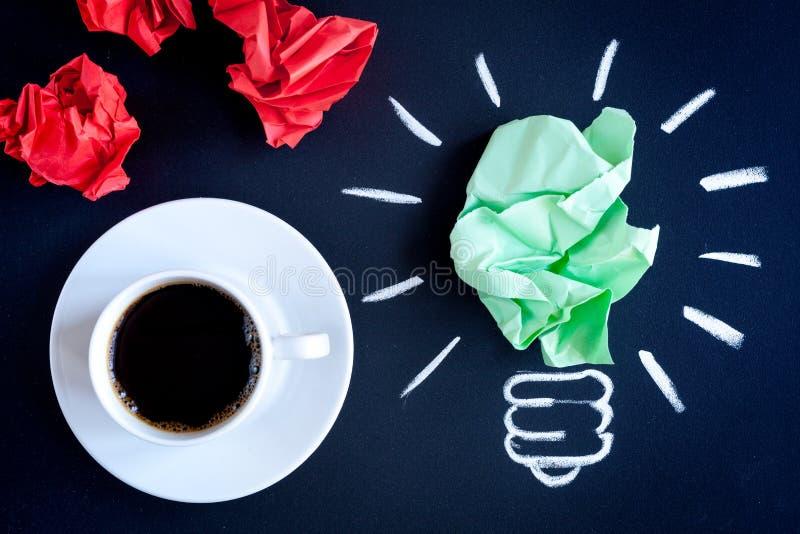 Кофе концепции будит мозг на темном взгляд сверху предпосылки стоковые фотографии rf