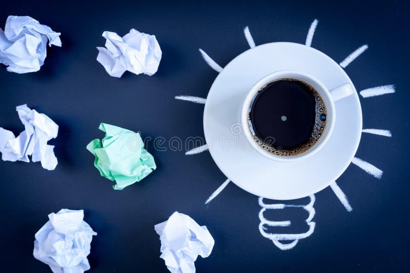 Кофе концепции будит мозг на темном взгляд сверху предпосылки стоковое фото rf