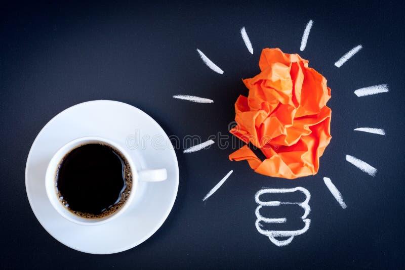 Кофе концепции будит мозг на темном взгляд сверху предпосылки стоковые фото