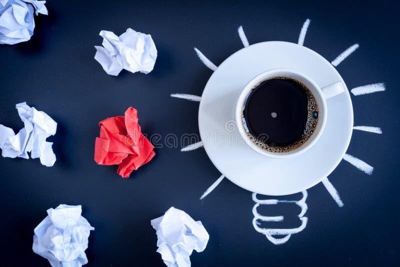 Кофе концепции будит мозг на темном взгляд сверху предпосылки стоковое фото