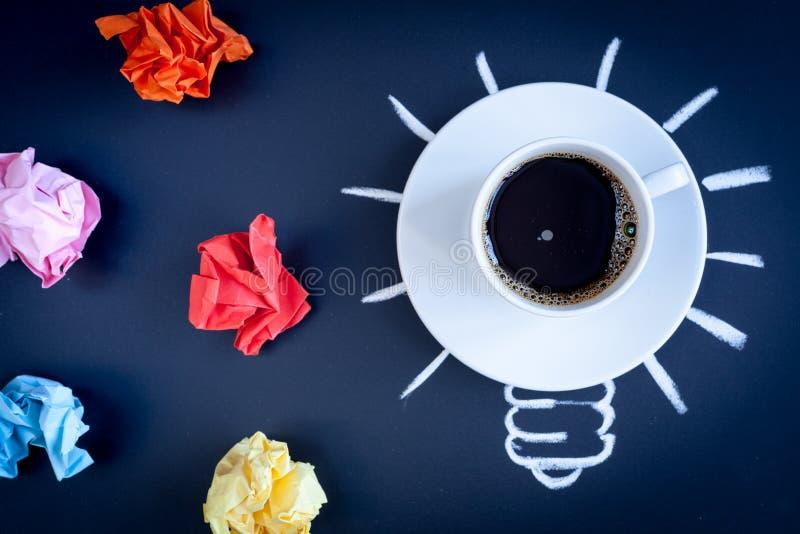 Кофе концепции будит мозг на темном взгляд сверху предпосылки стоковая фотография