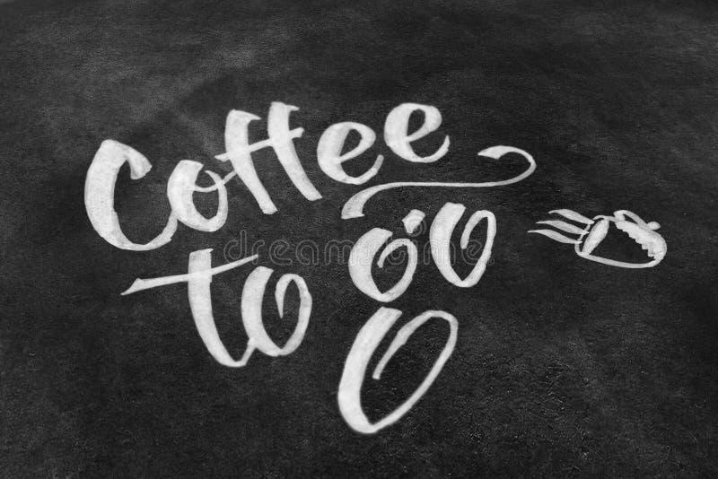 Кофе, который нужно пойти литерность мела на классн классном стоковые фотографии rf