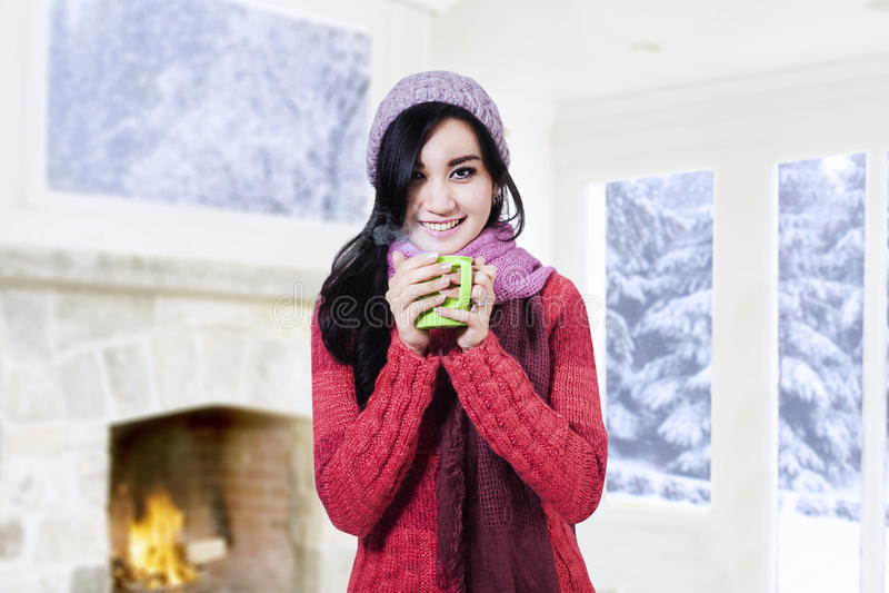 Кофе красивой девушки выпивая стоковое изображение rf